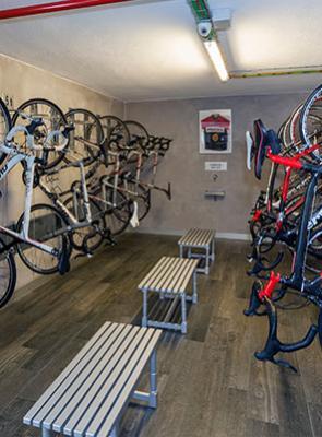 Велосипедная комната в отеле Rutllan & Spa