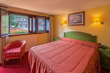 DOUBLE ROOM WITH GARDEN-VIEW of the Hotel Rutllan & SPA