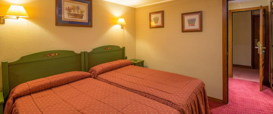 Hotel Rutllan & Spa Triple room beds